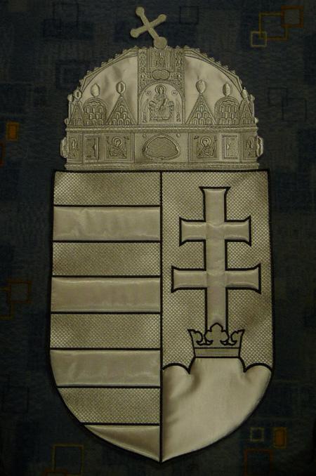 0310d0bc7 A következő szép nagy munkánk a Nyugat Dunántúli Evangélikus Egyházkerület  beltéri selyem, asztali, és kültéri zászlója.